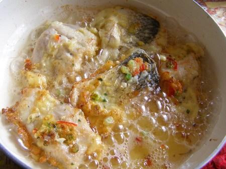 Обмакнем рыбу в кляр и положим жариться на сковороду