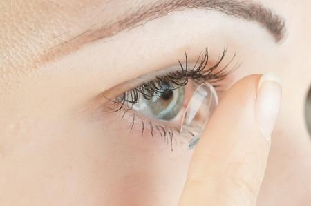 Как правильно одевать и носить контактные линзы