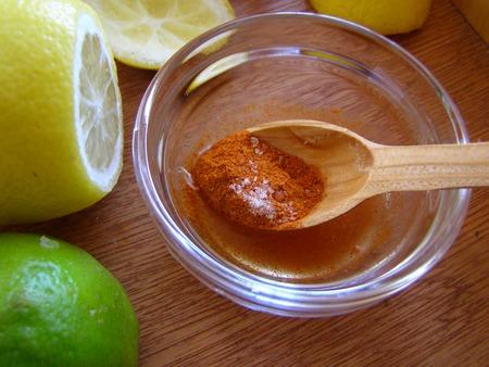 Готовим соус из сока лимона, лайма и паприки
