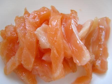 Для салата в лаваше нарежем красную рыбу соломкой