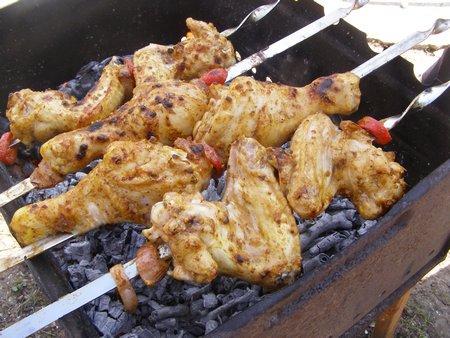 Шампуры с шашлыком ставим на огонь и жарим