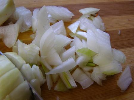 Порежем лук для супа с шампиньонами