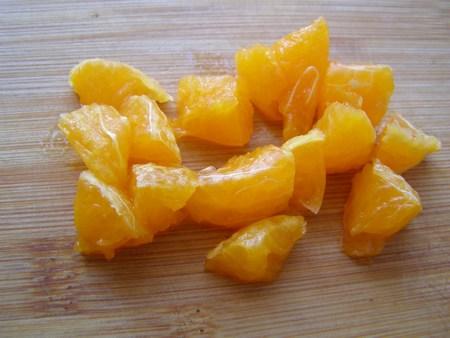 Почистим апельсин и нарежем для творожного десерта
