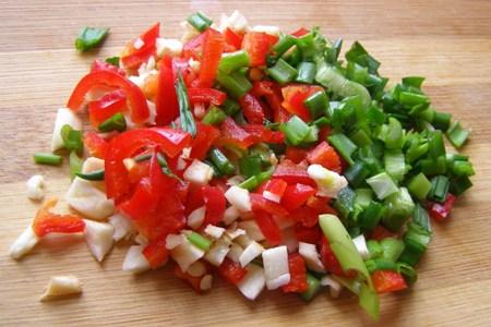 Перец, зеленый лук и чеснок