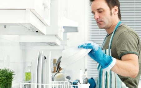 Муж моет посуду