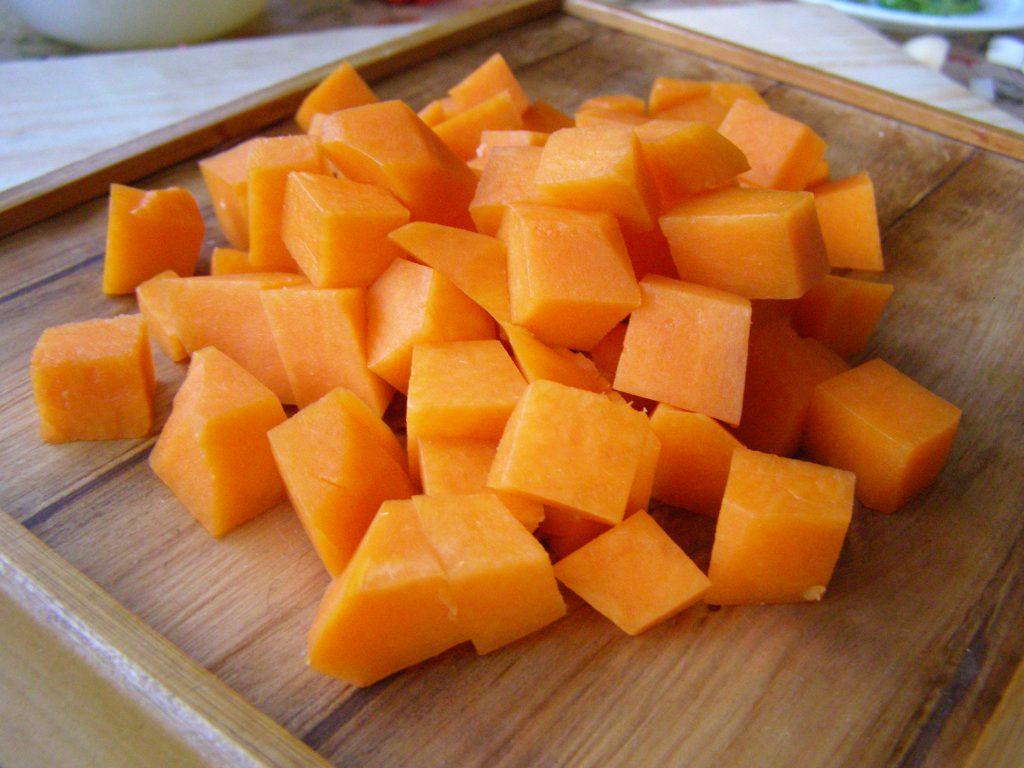 Нарежем кубиками морковь