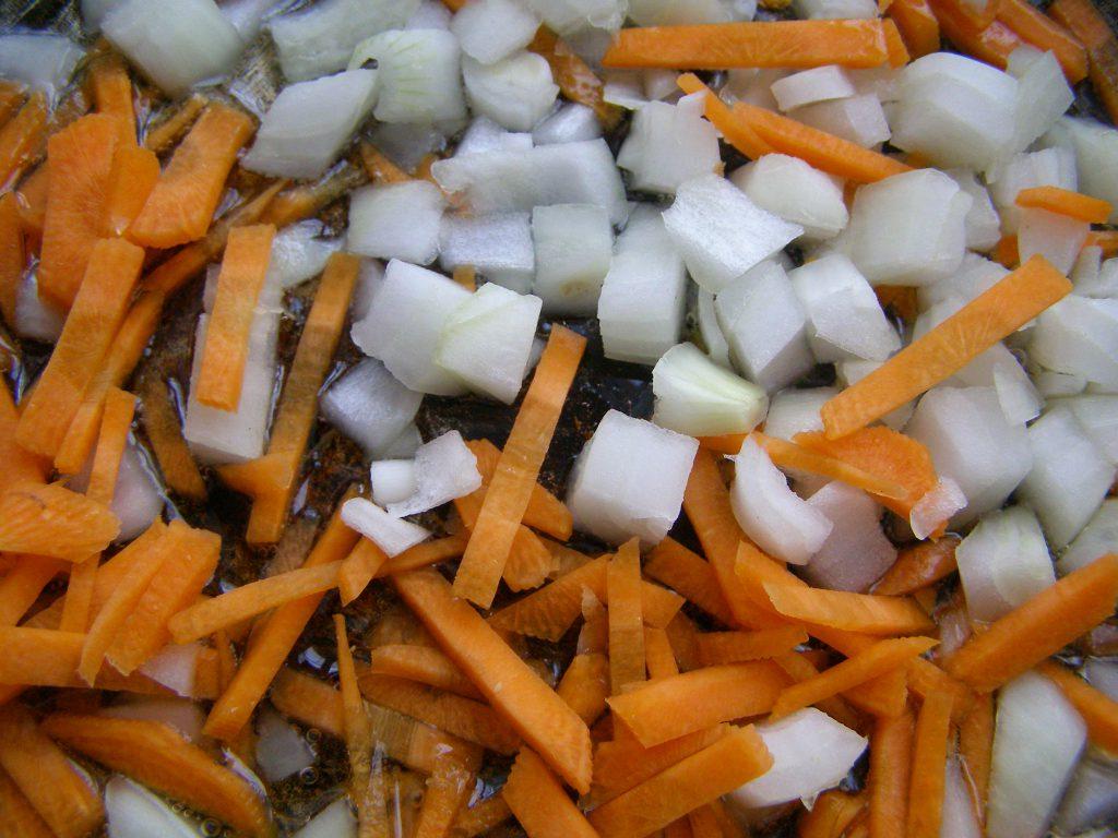 Морковь и лук жарим в масле