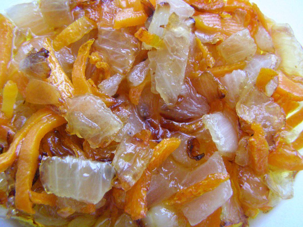 Жарим морковь и лук в одной сковороде