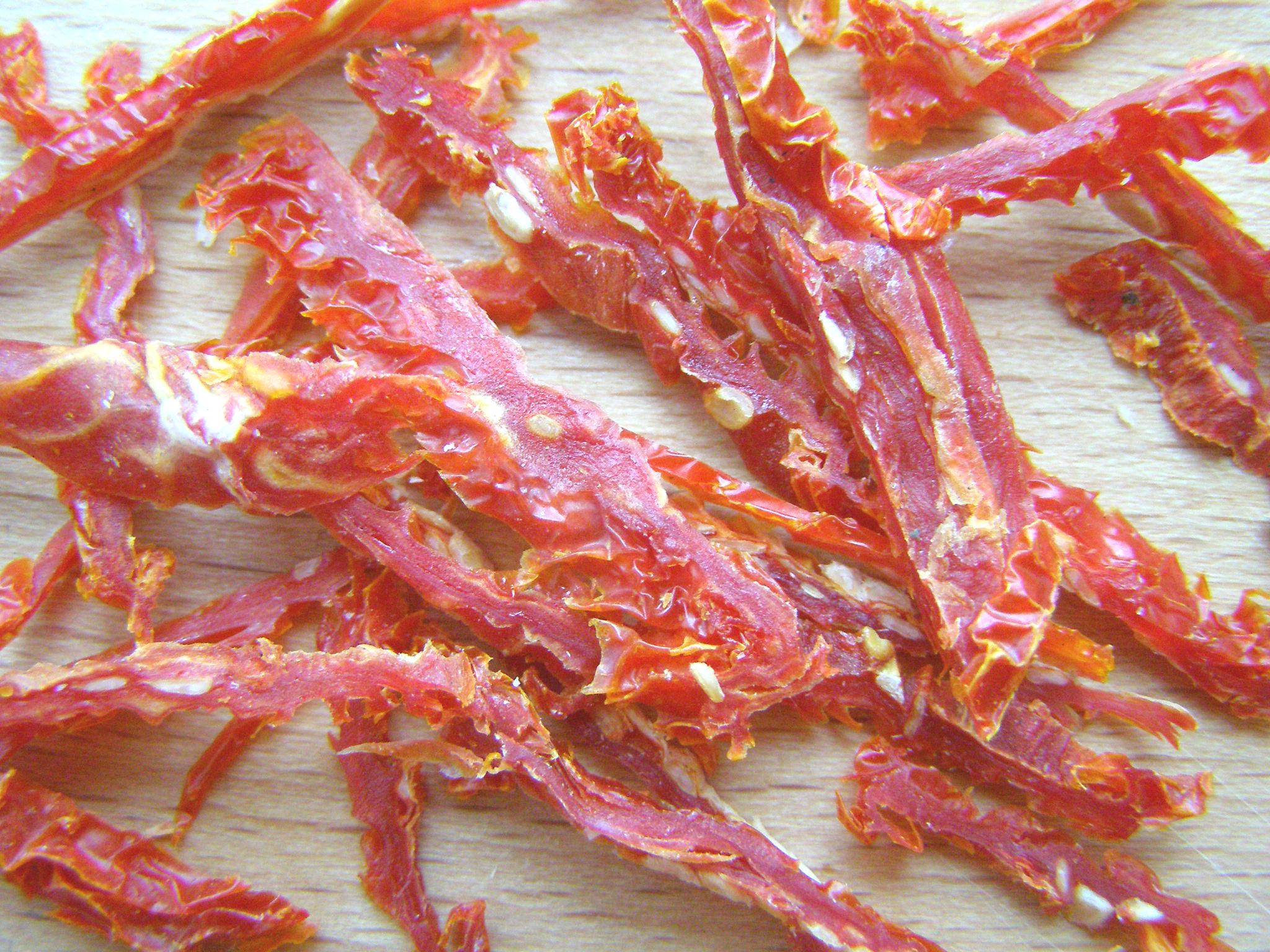 Настрогаем тонкими полосками вяленые помидоры