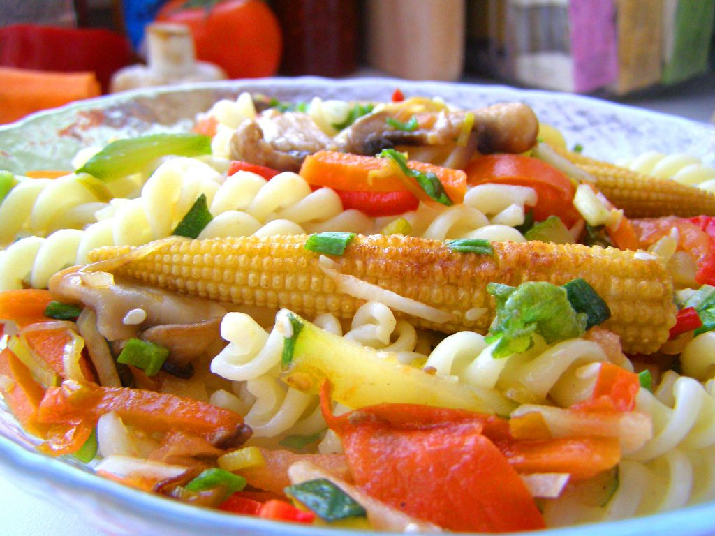 Макароны с мини кукурузкой и овощами