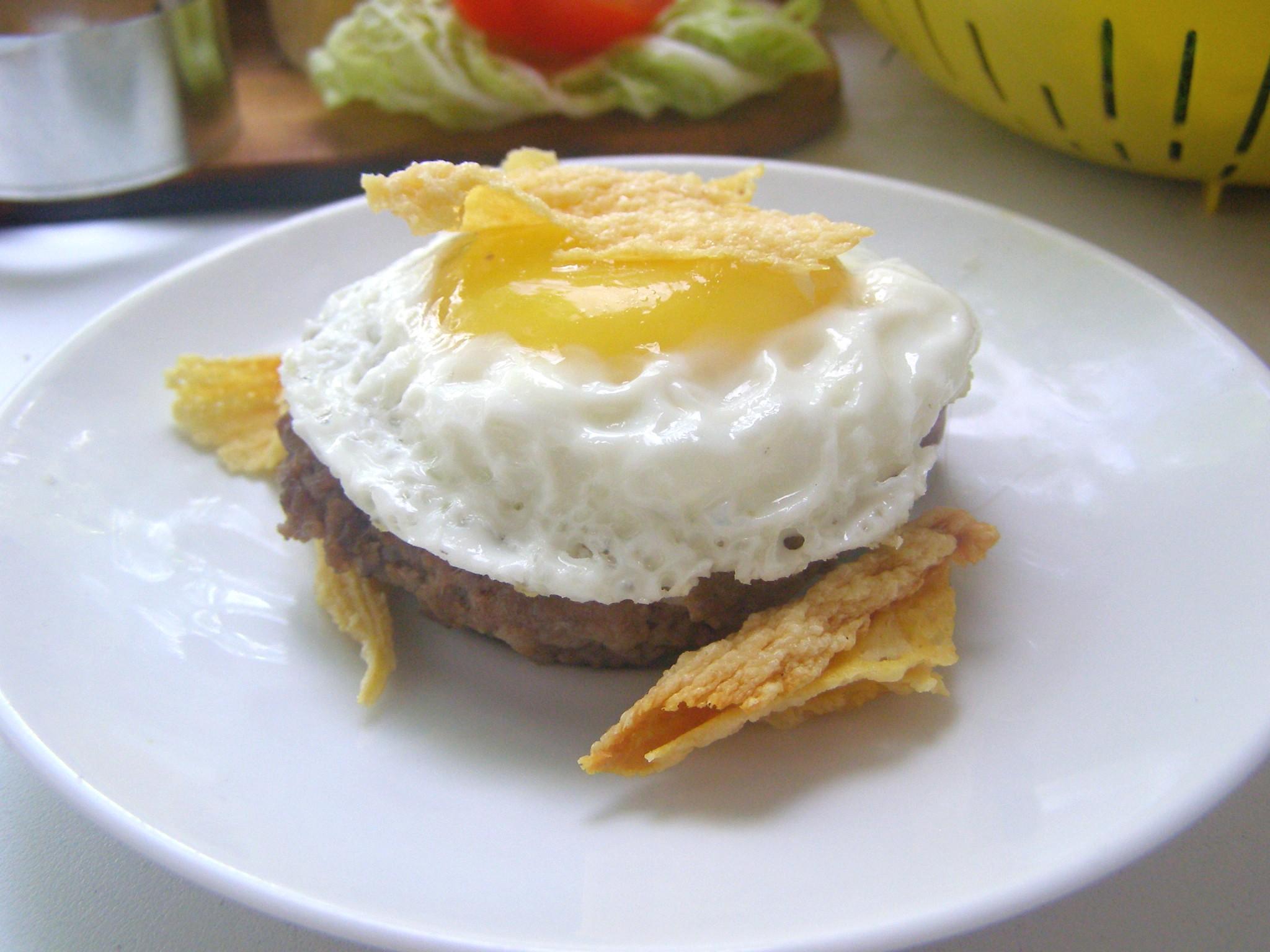 Готовый бифштекс с яйцом и сырной чипсой