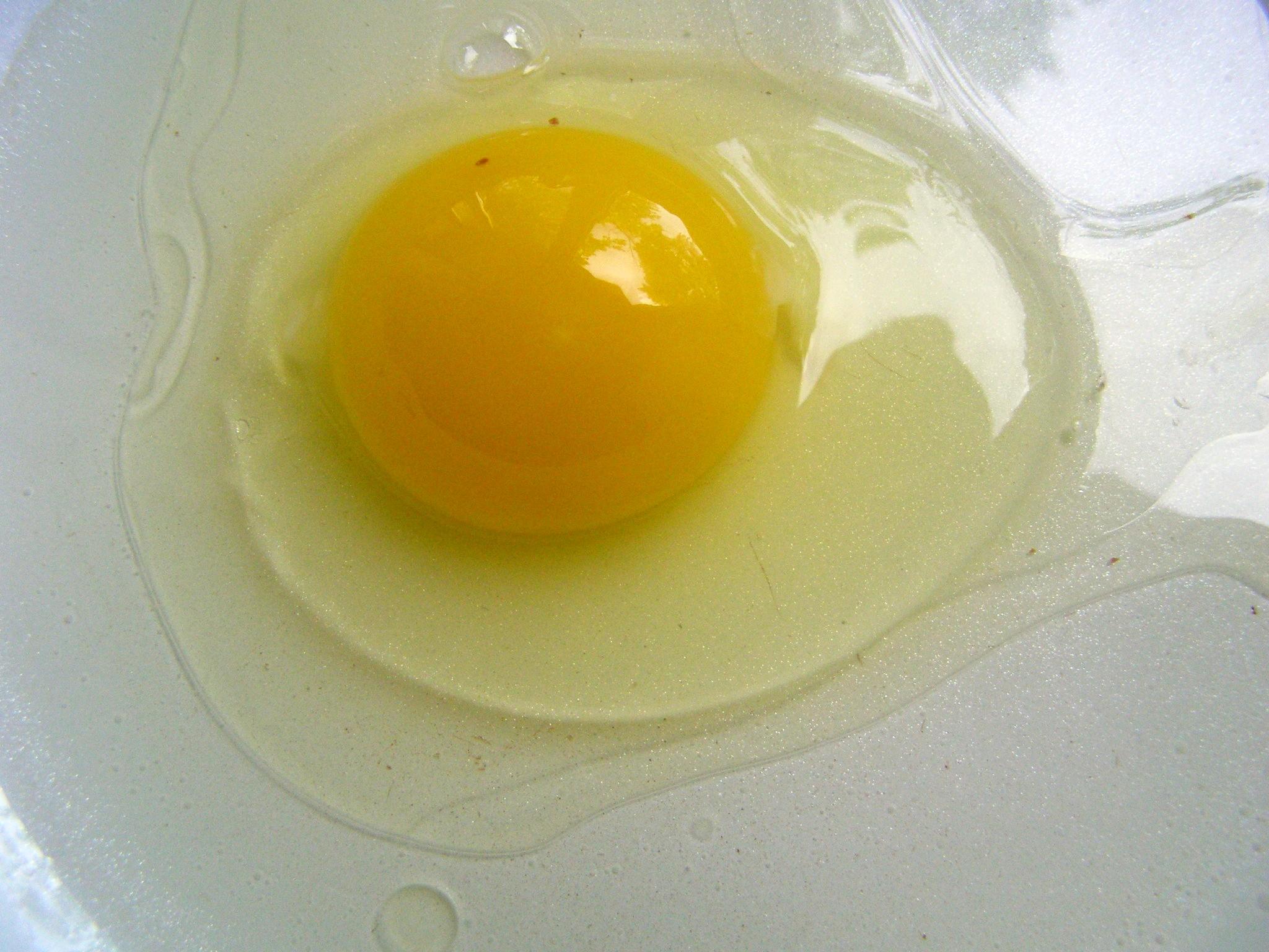 Вобьем яйцо в сковороду