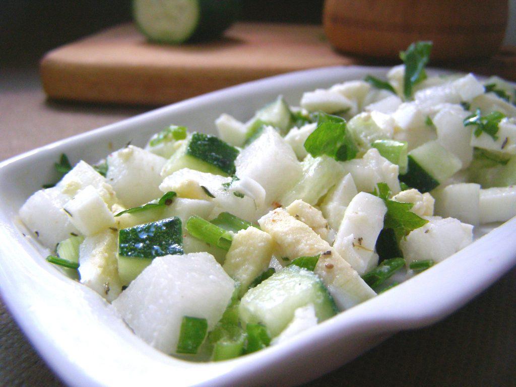 Салат с огурцом готов
