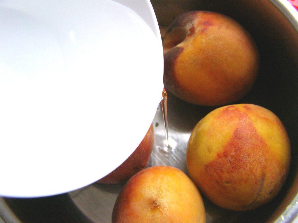 Помоем персики