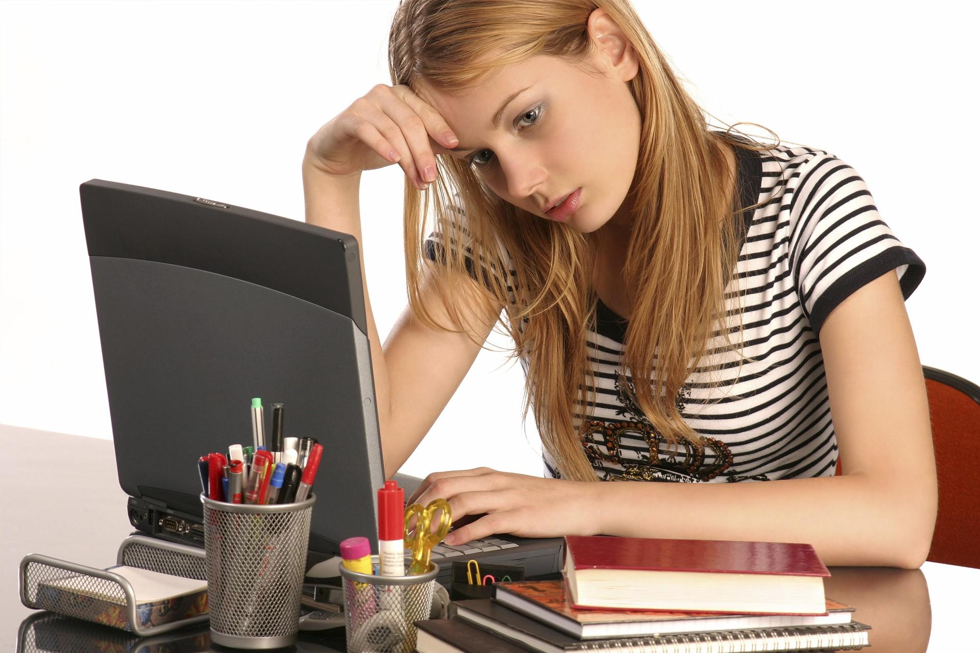 Подросток с ноутбуком