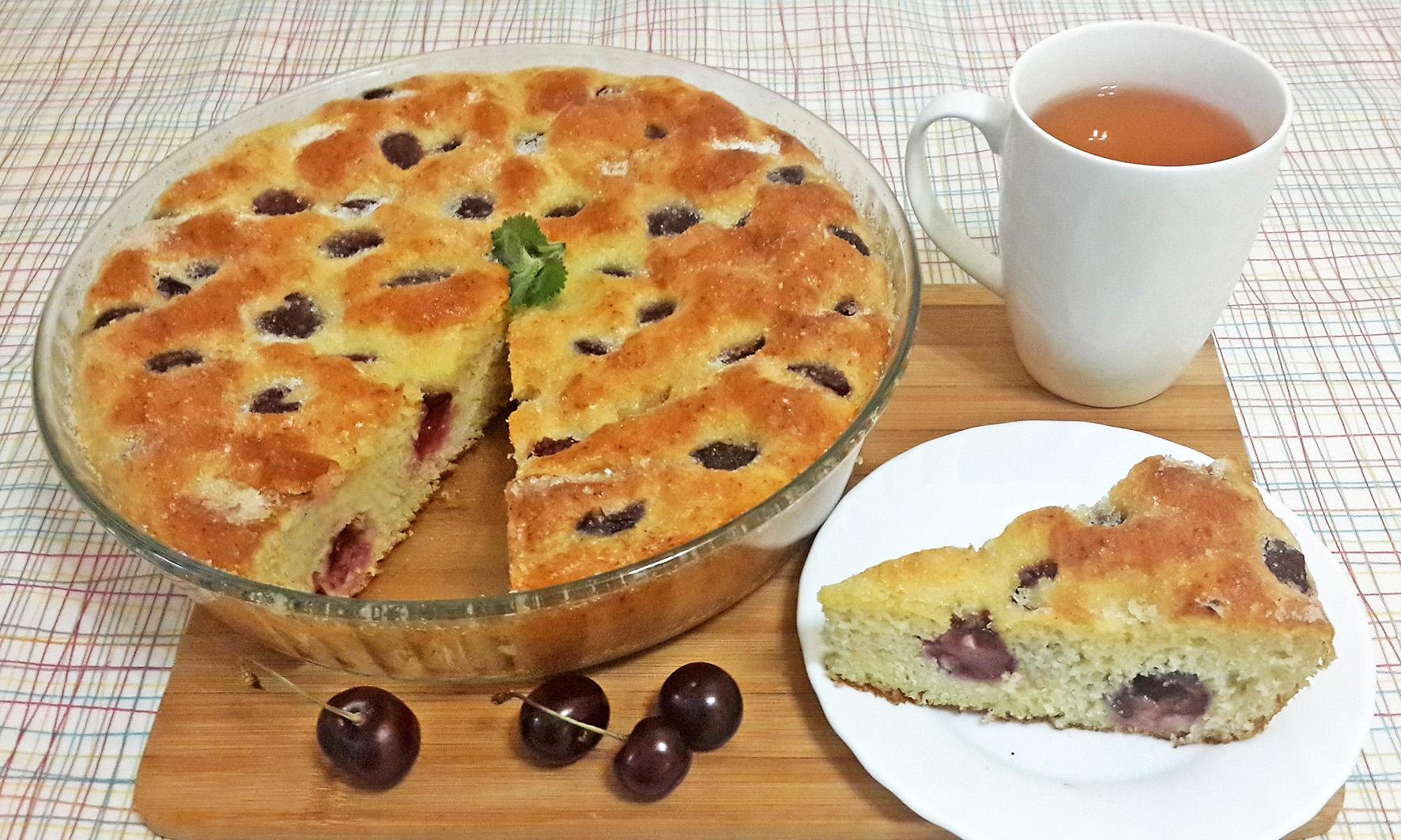 подача пирога с вишней