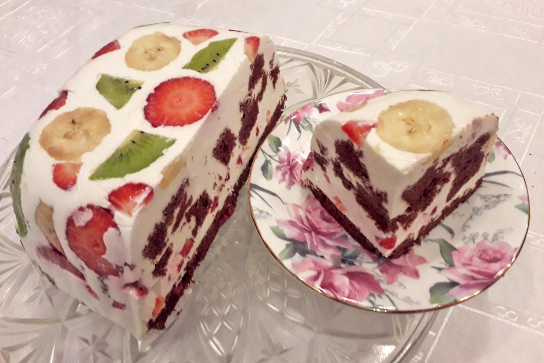 десертный торт в разрезе