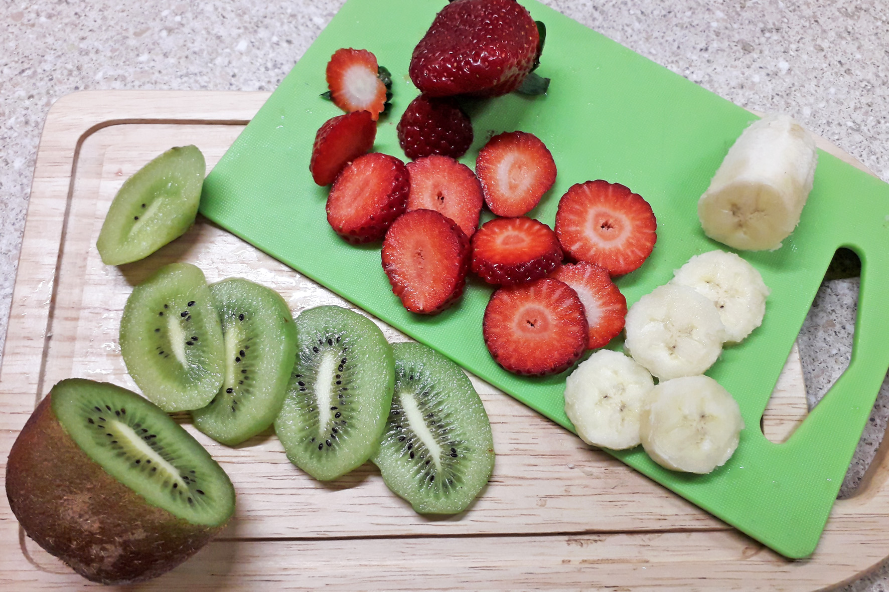 порезанные фрукты