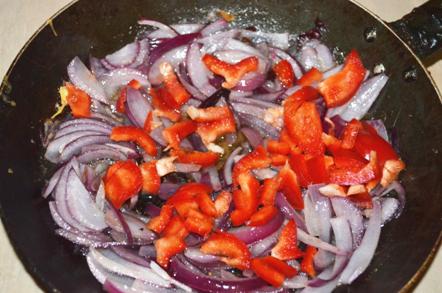 Обжарить лук и перец