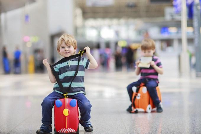Дети с чемоданами