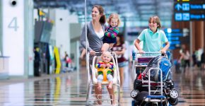 Дети с мамой в аэропорту