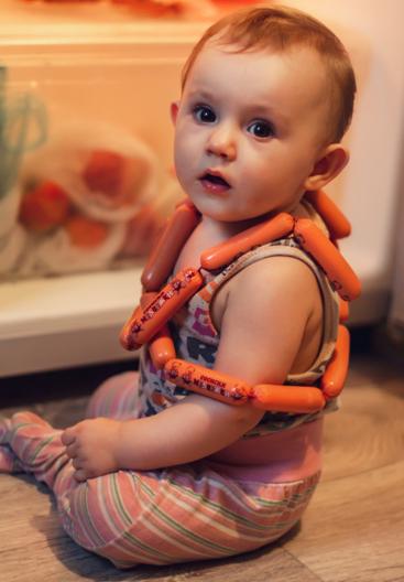Малыш с сосисками