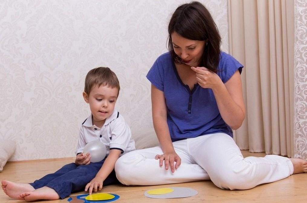 Мама играет с сыном