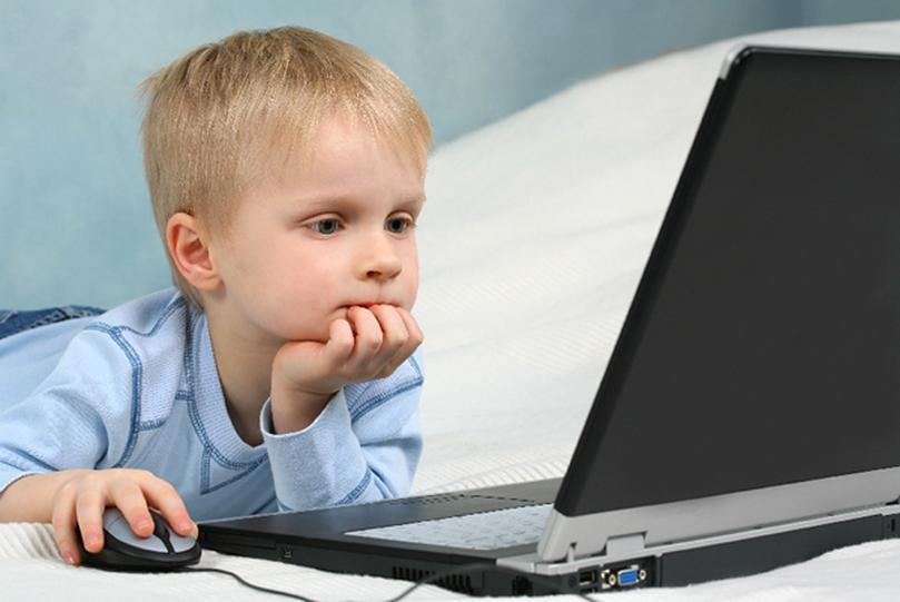 Ребенок в ноутбуке