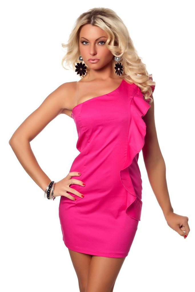 Девушка в ярко-розовом платье