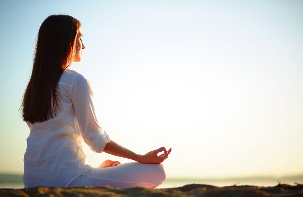 медитирующая девушка