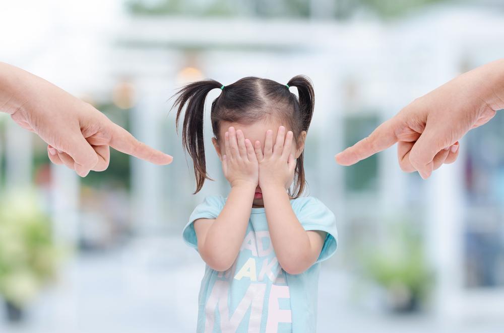 Ребенка обвиняют и ругают