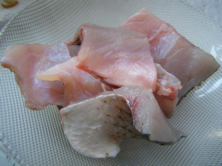 Перед жаркой нужно почистить и разделать рыбу