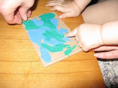 Размажем пластилин пальчиками по открытке вместе с ребенком
