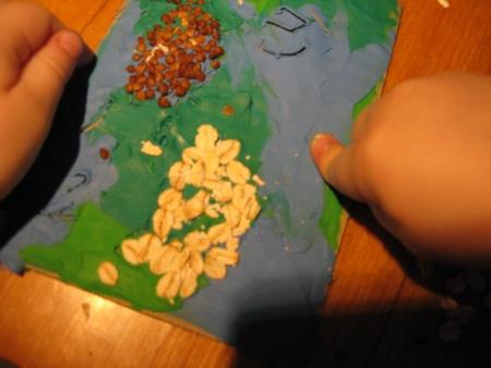 Вторую рыбку на открытке делаем с ребенком из овсянки