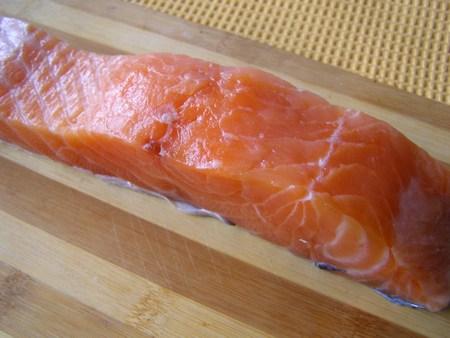 Разделаем лосось и нарежем на стейки