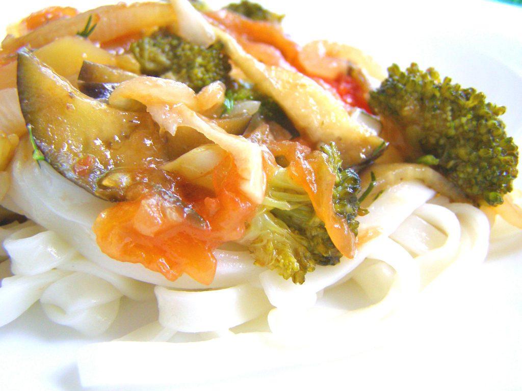 Удон с курицей и овощами