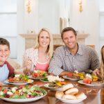 Семья кушает