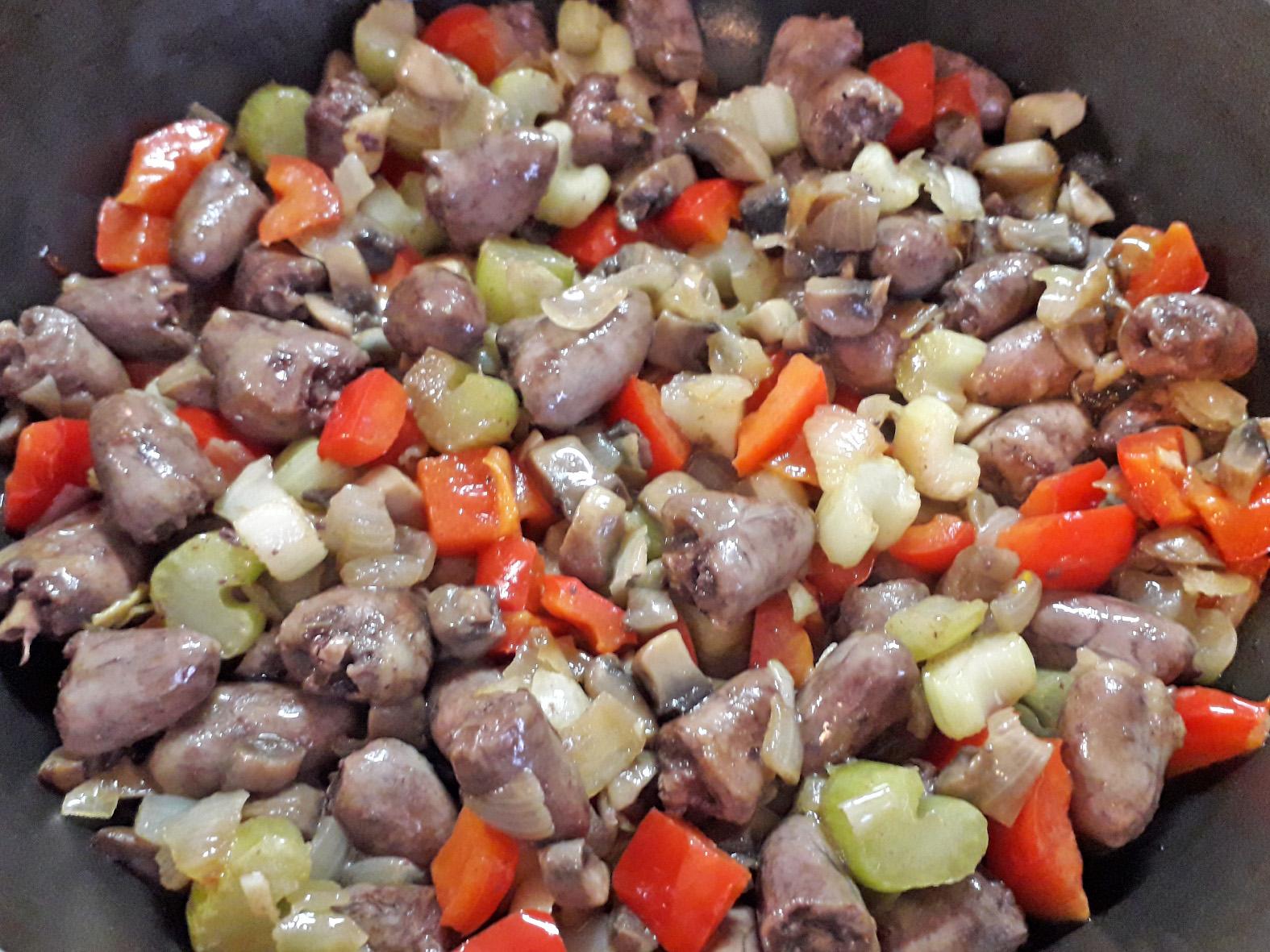 Сердечки куриные с овощами