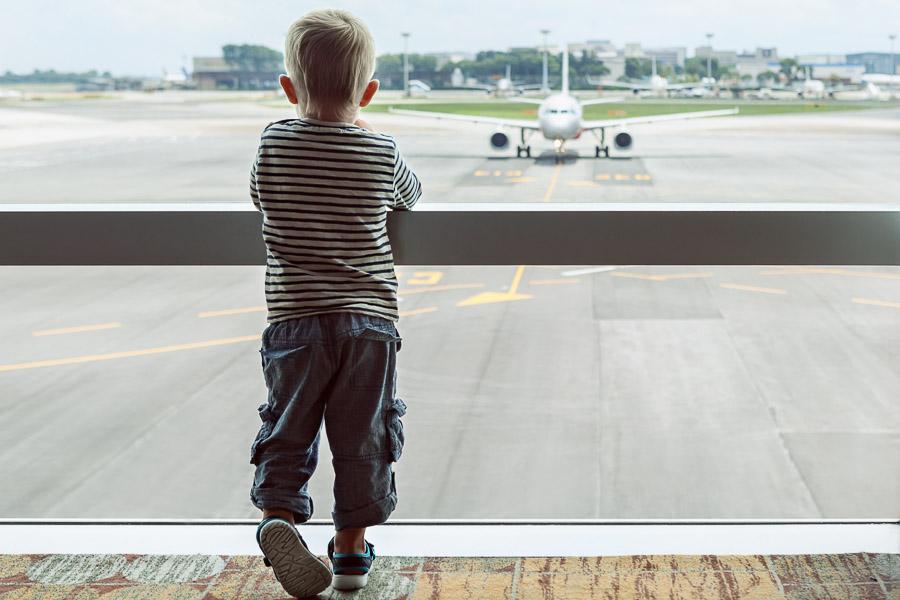 Ребенок ждет отлета
