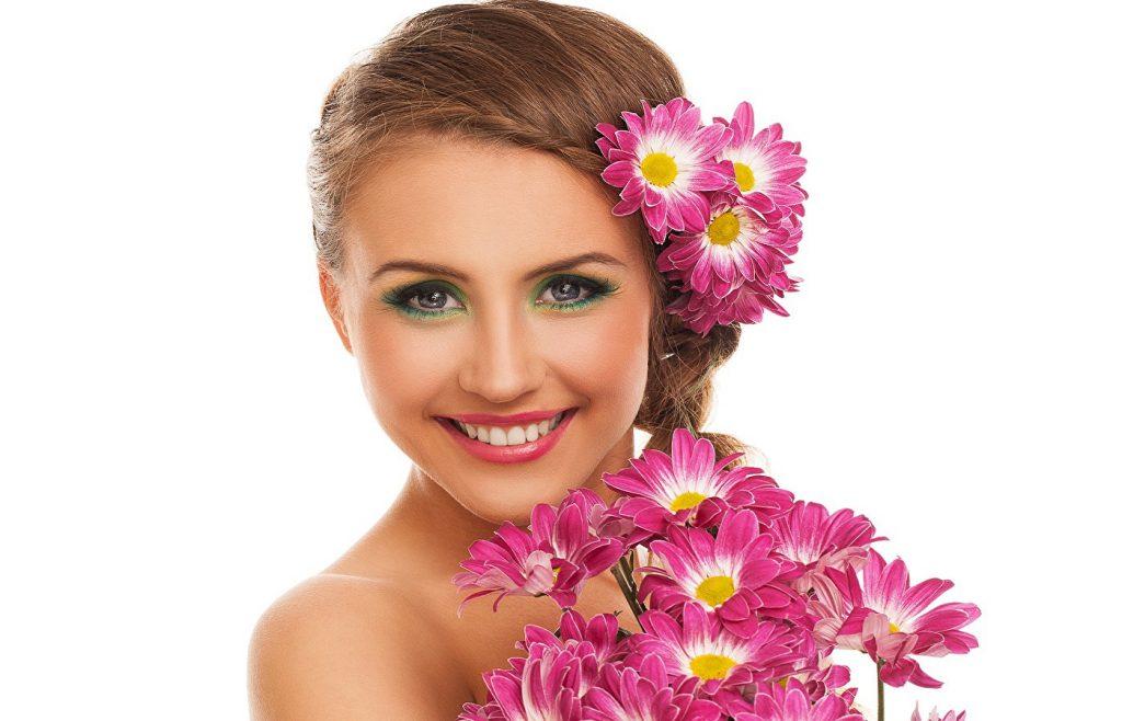 Девушка с хризантемами