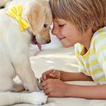 Ребенок с щенком